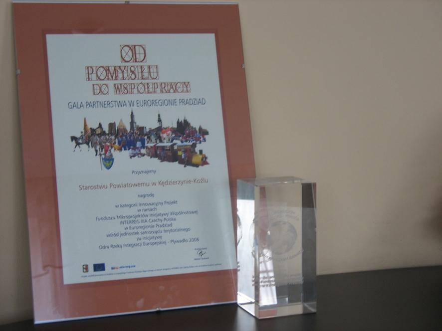 Statuetka i dyplom za najbardziej innowacyjny mikroprojekt w Euroregionie Pradziad