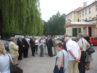 Podczas spotkania przed hotelem