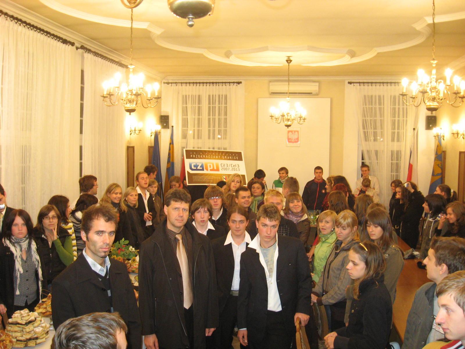 Polscy i czescy wykonawcy koncertu podczas poczęstunku