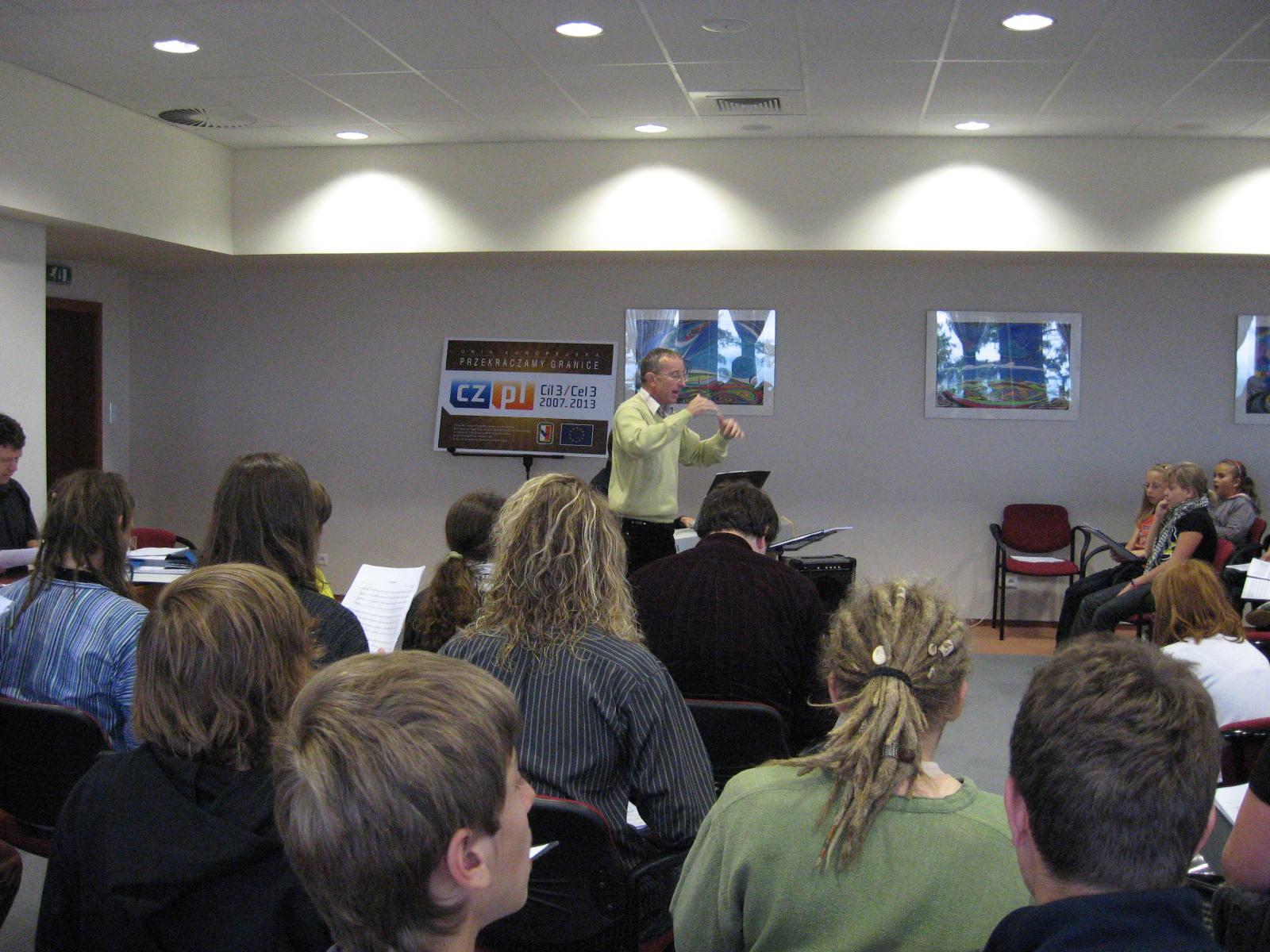 Dyrygent Gotfryd Włodarz podczas warsztatów muzycznych z młodzieżą chóralną na Górze Św. Anny
