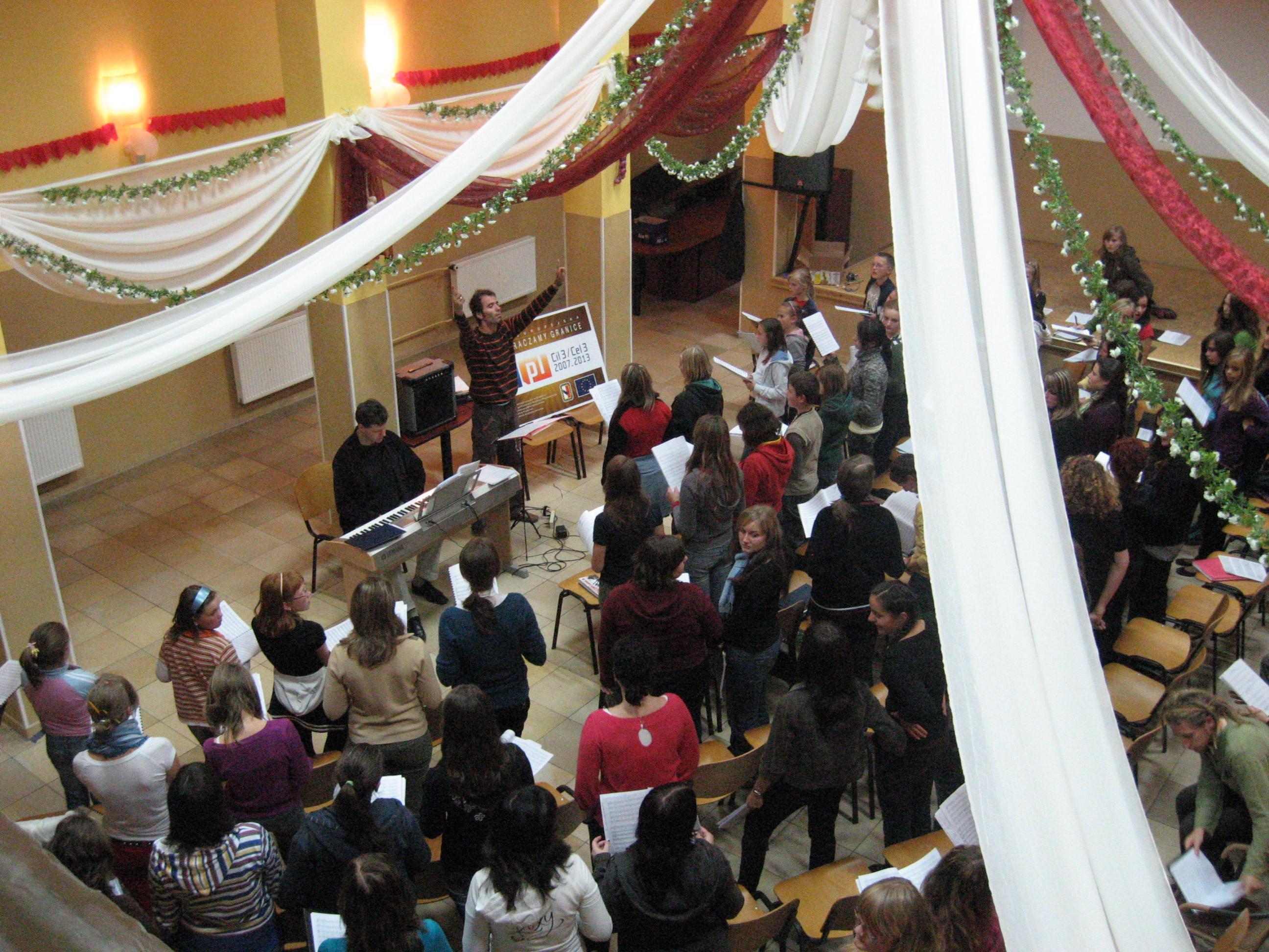 Dyrygent Milan Motl podczas warsztatów muzycznych z młodzieżą chóralną na Górze Św. Anny