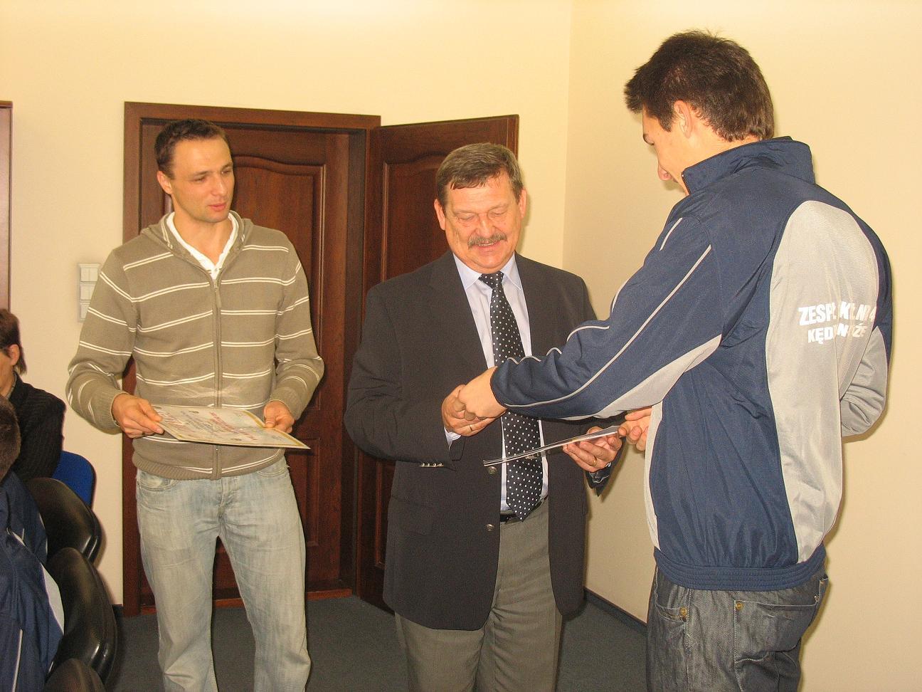 Wicestarosta Marek Matczak ze sportowcami