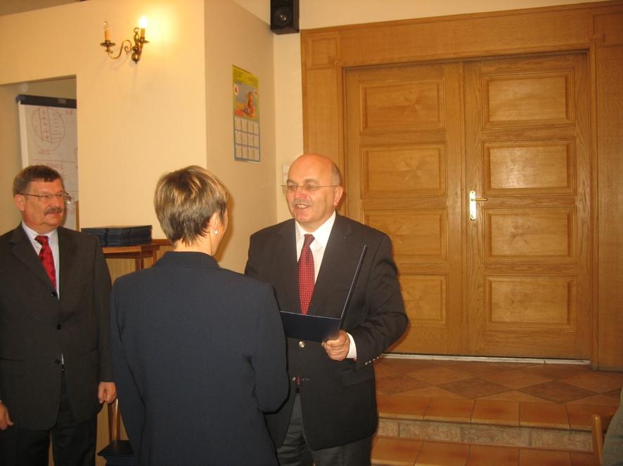 Starosta wręcza nagrodę Pani Irenie Czuta - Pakosz