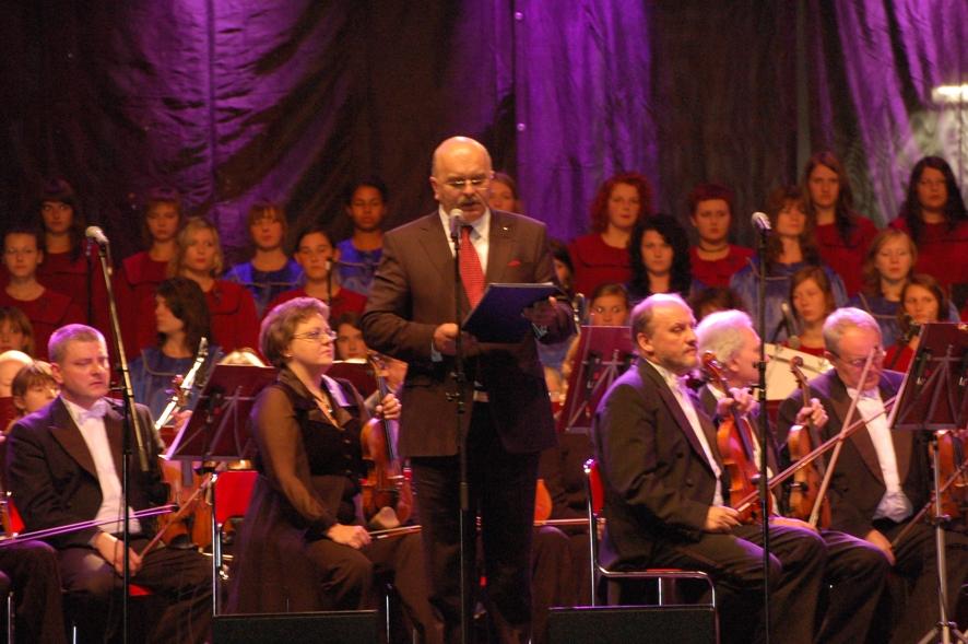 Starosta Józef Gisman uroczyście otwiera koncert Trzech Tenorów