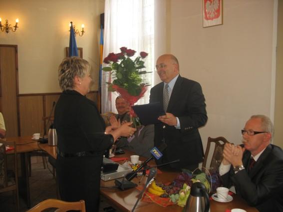 Kwiaty i gratulacje przekazuje Starosta Powiatu Kędzierzyńsko-Kozielskiego, Józef Gisman