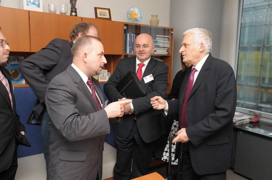 Poseł Robert Węgrzyn, Prezes ZAK S.A. Krzysztof Jałosiński i Starosta Józef Gisman rozmawiają z Eurodeputowanym prof. Jerzym Buzkiem