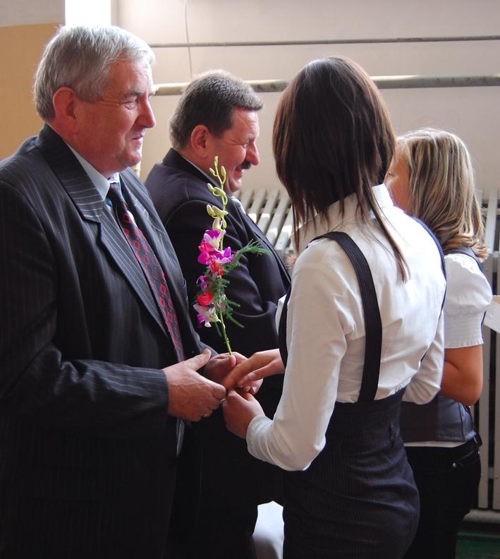 Członek Zarządu Powiatu Stefan Wałach gratulował zakończenia nauki
