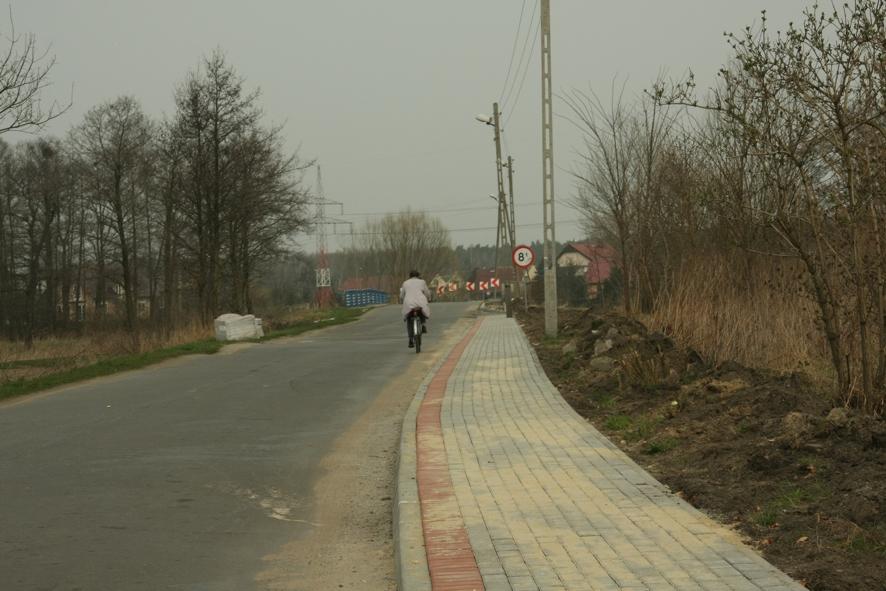 Nowy chodnik przy drodze powiatowej w Lenartowicach