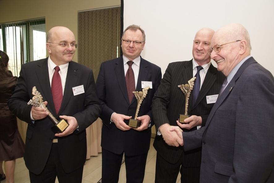 Nagrodę Staroście Józefowi Gismanowi wręcza profesor Jerzy Rogulski - twórca reformy administracji samorządowej