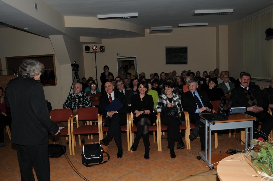 Podczas spotkania autor opowiedział wiele ciekawych anegdot o rysowaniu. W spotkaniu wzięli udział także radni powiatowi Członek Zarządu Jerzy Pałys oraz Rajmund Frischko