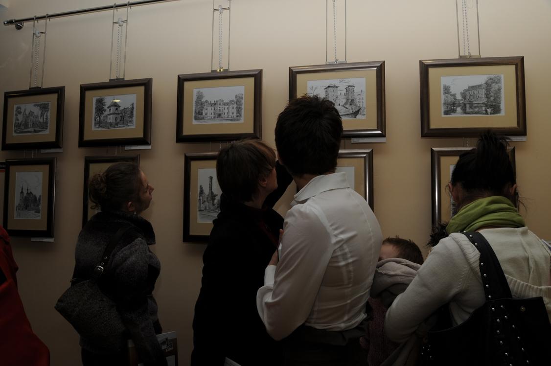 Uczestnicy z zaciekawieniem oglądali wystawę prac z polsko-czeskiego pogranicza