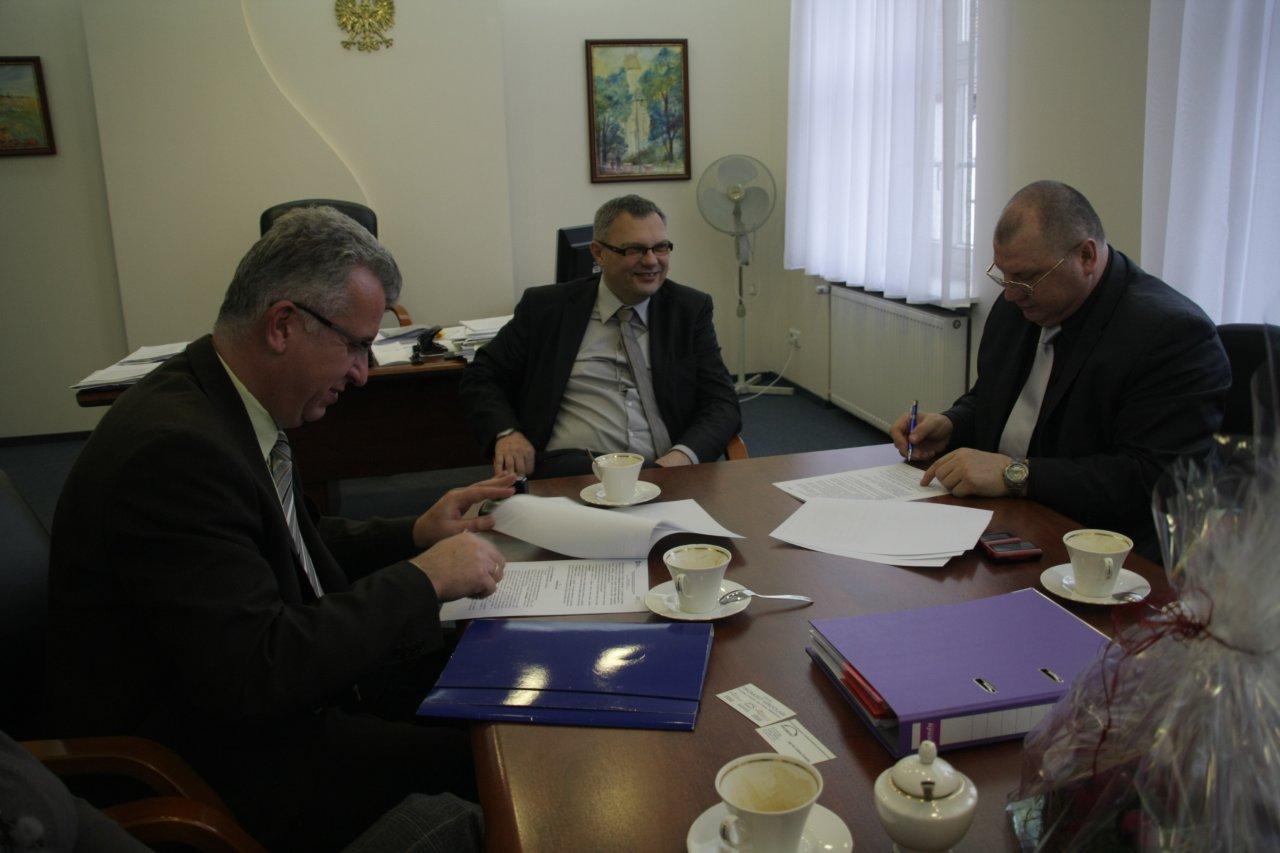 Moment podpisywania umowy na dokumentację mostu