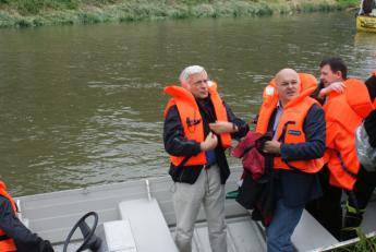 Na trasie spływu w Raciborzu. Prof. Jerzy Buzek, starosta Józef Gisman, starosta raciborski Adam Hajduk