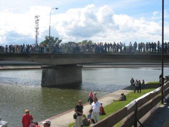 Mieszkańcy paradę pływadeł podziwiali z kozielskiego mostu